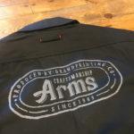 つなぎにArmsのロゴを印刷しました。