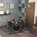 会社にピアノとドラムが!